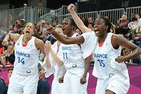 Emmeline Ndongue (à gauche), Emilie Gomis (au centre)) et Jennifer Digbeu (à droite)célèbrentla victoire des Bleues face aux Tchèques. ©Mark Ralston