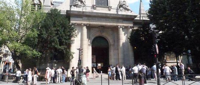 Chaque dimanche, les fidèles sont entre 3 000 et 4 000 à se rendre à l'église Saint-Nicolas-du-Chardonnet, l'un des derniers bastions du lefebvrisme à Paris.