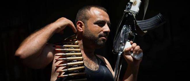 Un rebelle exhibe son arme dans le quartier de Bab Nasr à Alep le 14 août.