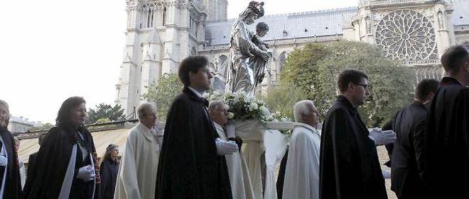 Procession devant le parvis de Notre-Dame.