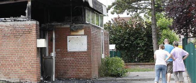 La nuit d'émeute a fait très importants: un centre sportif, une école maternelle ont été brûlés, ainsi qu'un centre de loisirs, de nombreuses voitures, des dizaines de poubelles.
