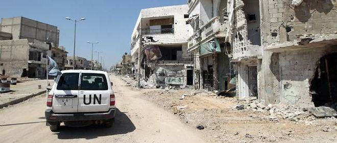 Un véhicule de l'ONU traverse le quartier détruit de Bayyada, le 5 mai 2012.