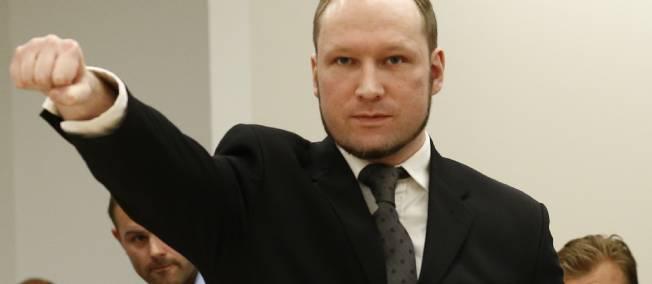 Anders Behring Breivik a effectué son salut fasciste sitôt qu'on lui a enlevé ses menottes ce matin à Oslo.