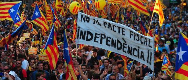 Des milliers de personnes ont manifesté dans les rues de Barcelone, mardi.