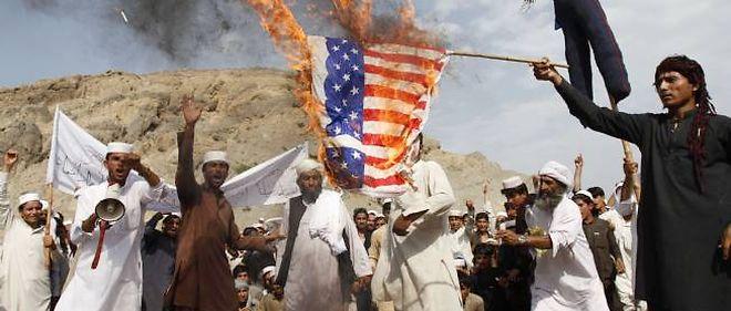 Les manifestants ont brûlé un drapeau américain et une effigie de Barack Obama.