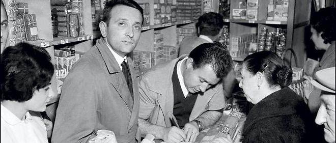 Édouard Leclerc pose, le 17 novembre 1956, dans le tout premier centre E. Leclerc ouvert en Ile-de-France, à Issy-Les-Moulineaux.