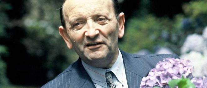 Édouard Leclerc posant chez lui dans le jardin en 1983.