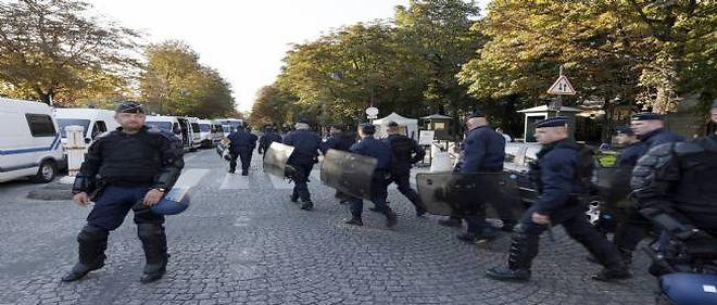 Des militants islamistes présumés ont été interpellés samedi lors d'une manifestation illégale menée devant l'ambassade américaine à Paris.