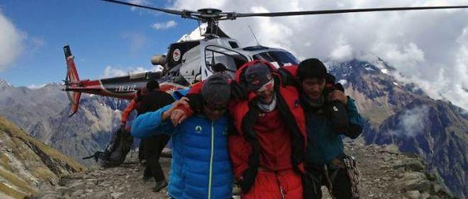 Un hélicoptère népalais porte secours aux survivants de l'avalanche du mont Manaslu, le 23 septembre.