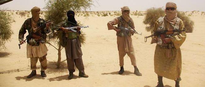 Les combattants islamistes touareg d'Ansar Dine réalisent en avril 2012 une prise d'otages dans le désert, près de Tombouctou.