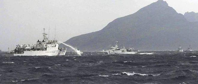 Les gardes-côtes taïwanais repoussent au canon à eau leurs homologues japonais, le 25 septembre 2012.