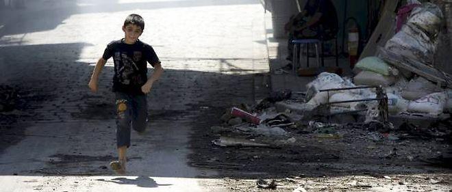 Un petit garçon fuit les snipers dans les rues d'Alep, le 27 septembre 2012.