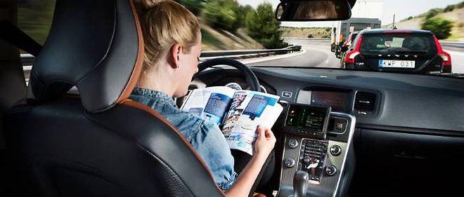 Profiter de la durée de son trajet autoroutier pour lire, c'est possible avec la conduite automatisée en convoi.