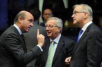 Les ministres des Finances espagnol (à gauche), allemand (au centre) et le commissaire européen aux Affaires économiques Olli Rehn (à droite). ©John Thys