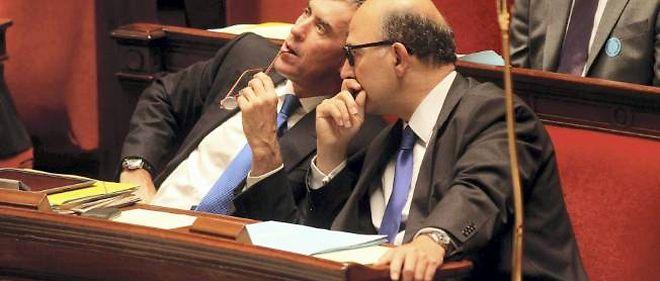 Jérôme Cahuzac et Pierre Moscovici pendant le débat budgétaire à l'Assemblée nationale.