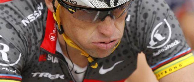 Lance Armstrong a été désavoué par sa fédération, l'UCI, qui a décidé de lui retirer toutes ses victoires sur le Tour de France.