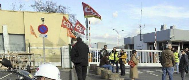 Les salariés de la raffinerie Petroplus de Petit-Couronne, près de Rouen, attendent avec inquiétude l'expiration du délai pour le dépôt des offres de reprise de leur entreprise.