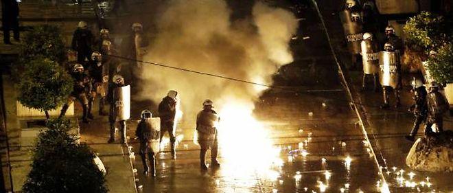 Trois cents casseurs ont attaqué les forces de l'ordre autour du Parlement avec des jets de pierres et des cocktails Molotov.