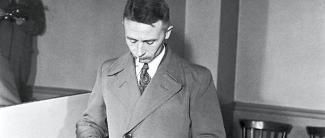 """Julien Gracq reçoit malgré lui le prix Goncourt 1951 pour """"Le rivage des Syrtes"""" (José Corti)."""