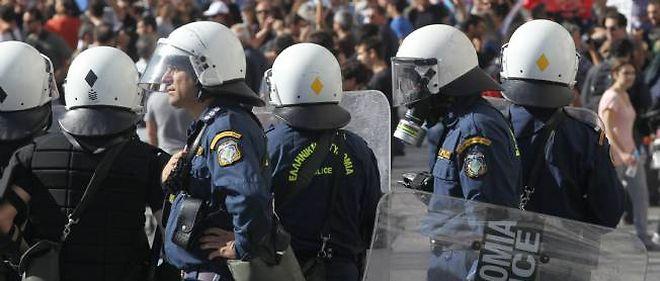 En Grèce, la police a tenté de repousser les manifestants massés devant le Parlement.