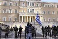 Le parvis du Parlement grec est souvent l'objet de vives manifestations (ici, en février 2012). ©ARGYROPOULOS