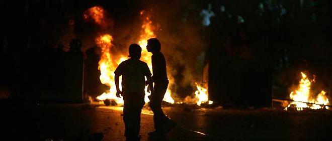 Des manifestants palestiniens protestent alors que de nouvelles frappes aériennes israéliennes viennent d'avoir lieu.