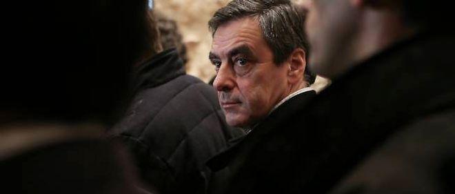 François Fillon faisant la queue avant de voter, dimanche.
