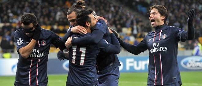 Lavezzi (numéro 11) a inscrit un doublé qui qualifie ses coéquipiers pour les huitièmes de finale, mais les Parisiens auraient très bien pu encaisser au moins un but.