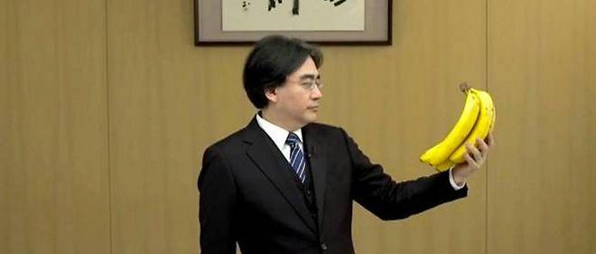 Satoru Iwata, P-DG de Nintendo, regarde une banane lors d'une présentation vidéo de la Wii U. À l'image de la communication de Nintendo : incompréhensible.