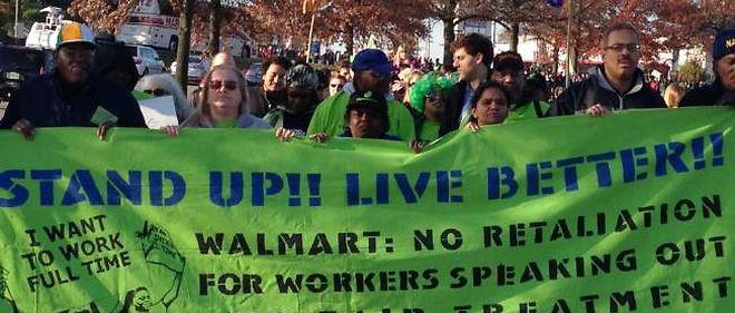 Environ 400 manifestants ont défilé à Washington DC pour faire valoir les droits des salariés de Walmart ce vendredi 23 novembre, selon les organisateurs.
