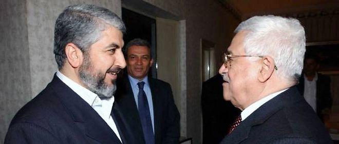 Première rencontre, à Damas en 2007, entre les rivaux palestiniens Mahmoud Abbas (Fatah) et Khaled Mashaal (Hamas).