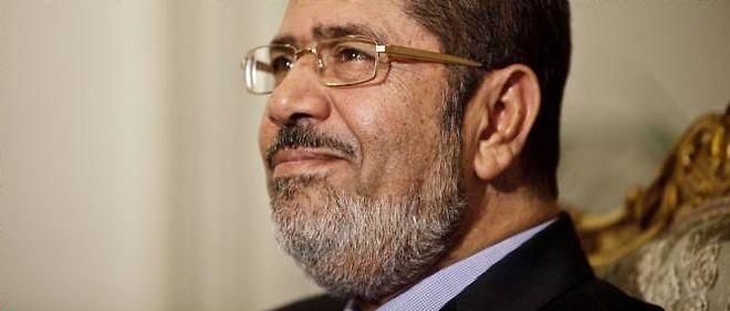 Mohamed Morsi s'est octroyé par un décret des prérogatives s'apparentant à des pleins pouvoirs, déclenchant la première crise politique depuis son accession au pouvoir.