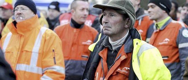 Plusieurs centaines de salariés sont rassemblés devant le site de l'usine ArcelorMittal de Basse-Indre (Loire-Atlantique).