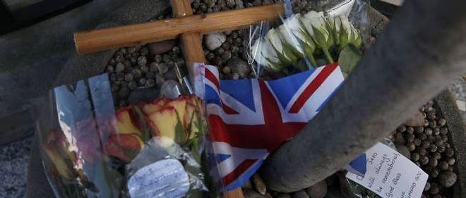 Des bouquets de fleurs ont été déposés devant l'hôpital Edward VII, en mémoire de l'infirmière décédée.