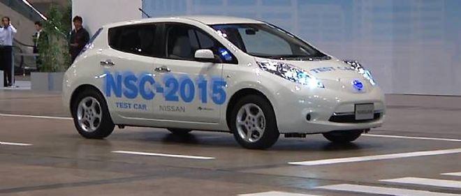 Cette Nissan Leaf s'apprête à aller chercher une place de parking de manière complètement autonome.
