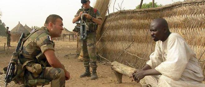 Un adjudant français parle avec un chef de village centrafricain, en 2009.