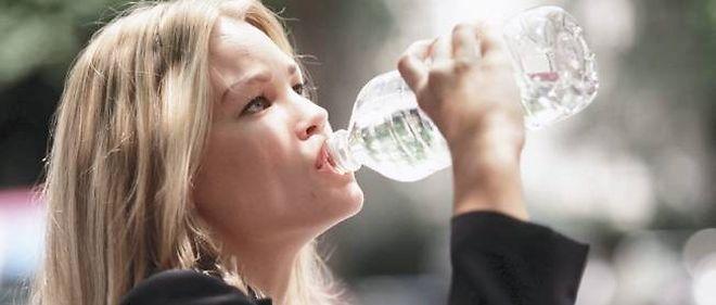 Les bouteilles d'eau de moins d'un litre sont désormais interdites dans cette ville du Massachusetts.