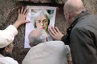 À Saint-Petersbourg en 2011 des manifestants affiche le portrait de la journaliste Anna Politkovskaya pour commémorer son asassinat. ©Alexei Danichev