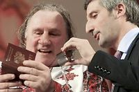 Revêtu de l'habit traditionnel mordve, Gérard Depardieu admire son passeport tout neuf lors de son déplacement en Mordovie dimanche. ©Julia Chestnova