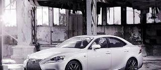 La mode des calandres géantes est poussée ici à son paroxysme. Il faillait oser, Lexus l'a fait.