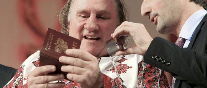 """Gérard Depardieu a critiqué l'opposition russe, dont le joueur d'échecs Kasparov, qui est """"bien pour les échecs, et c'est tout""""."""