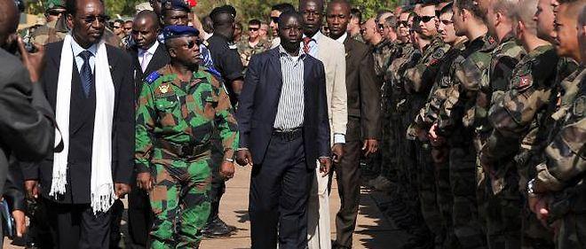 Le président malien et le général ivoirien Soumaila Bakayoko passent en revue les troupes françaises à Bamako.