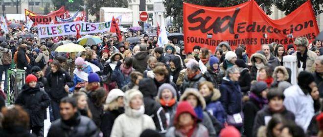 Des manifestants contre la réforme des rythmes scolaires, mardi à Paris.
