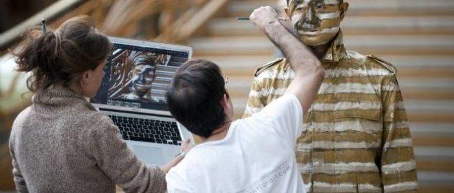 Liu Bolin se fond dans l'escalier d'Art Paris, le 1er avril 2011.