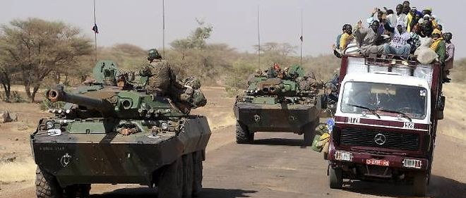 Des véhicules blindés français circulent dans la région malienne de Gao, le 7 février.