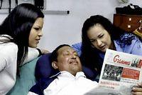 Hugo Chavez, entouré de ses filles, dans son lit d'hôpital après son hospitalisation. ©TV GRAB