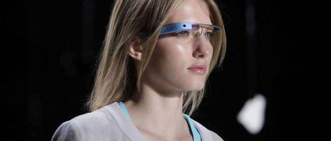 """Un mannequin porte les """"Google Glass"""" lors du défilé de la créatrice de mode Diane von Furstenberg, le 9 septembre 2012."""