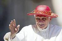 Benoît XVI coiffé d'un chapeau rouge, le 22 juin 2011 à Rome ©VINCENZO PINTO