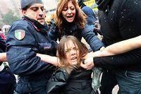 Des féministes ont tenté sans succès de se jeter nues sur Silvio Berlusconi. ©Giuseppe cacace
