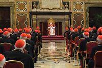 Benoît XVI faisant ses adieux aux cardinaux de la curie, jeudi matin.